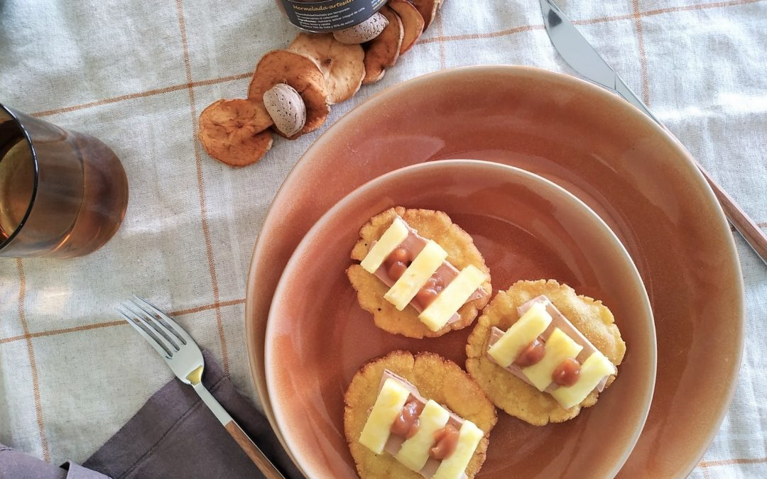 MINI TORTOS DE FOIE Y PIÑA CON MERMELADA DE MANZANA CON GINEBRA